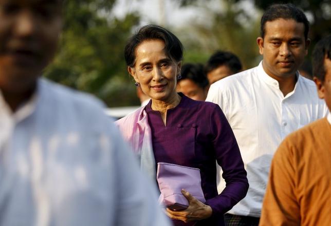 3月22日、ミャンマー与党・国民民主連盟の党首アウン・サン・スー・チー氏が入閣することになった。写真はネピドーの国会議事堂に到着した同氏。14日撮影(2016年 ロイター/Soe Zeya Tun)