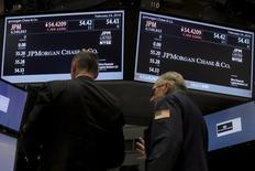 Трейдеры на фондовой бирже Нью-Йорка. Фондовые рынки США завершили сессию понедельника незначительными изменениями, поскольку инвесторы искали свежие катализаторы роста и беспокоились, что акции могут быть переоценены после пятинедельного ралли. REUTERS/Brendan McDermid
