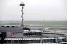 Las bolsas europeas caían en las primeras operaciones del martes, con los valores ligados al sector de tansporte y de viaje lastrando al mercado después de las explosiones registradas en el aeropuerto de Bruselas. En la foto de archivo, el aeropuerto de Bruselas el 15 de diciembre de 2014.    REUTERS/Eric Vidal/Files