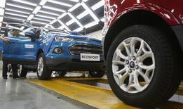 Ford Motor va investir jusqu'à 200 millions d'euros dans sa filiale roumaine Automobile Craiova pour la fabrication de son petit SUV EcoSport,  /Photo d'archives/REUTERS/Kham