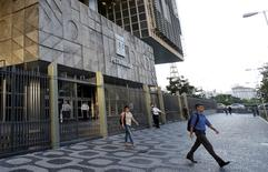 Personas salen del edificio de Petrobras, en Río de Janeiro, Brasil, 21 de marzo de 2016. La petrolera estatal brasileña Petroleo Brasileiro SA dijo el martes que las estimaciones actuales de potenciales pérdidas por prácticas de recursos humanos bajo investigación ya están reflejadas en el balance de la empresa. REUTERS/Sergio Moraes