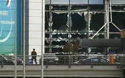 El Ibex-35 cerró el martes con caídas, aunque lejos de mínimos, presionado como el resto de plazas internacionales por las noticias sobre los ataques con bomba contra el aeropuerto y el metro de Bruselas. En la imagen, cristales rotos tras la explosión en el aeropuerto de Zaventem, cerca de Bruselas, el 22 de marzo de 2016.    REUTERS/Francois Lenoir