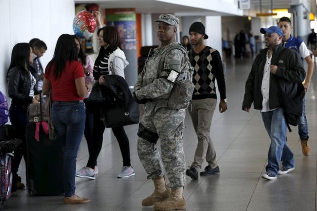 3月22日、ベルギーで同時爆発攻撃が発生したことを受け、ニューヨーク、ロサンゼルスなど米主要都市で警備が強化されている。ニューヨークのケネディ国際空港で撮影(2016年 ロイター/MIKE SEGAR)