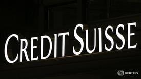 Логотип Credit Suisseна офисе банка в Милане 9 марта 2016 года. Credit Suisse Group расширяет меры экономии, в том числе сокращая штат подразделения мировых рынков на 2.000 человек, чтобы лучше справляться со сложной рыночной обстановкой, сообщил в среду второй крупнейший банк Швейцарии. REUTERS/Stefano Rellandini