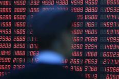 Инвестор в брокерской конторе в Шанхае. 14 марта 2016 года. Китайский фондовый рынок завершил торги среды в плюсе благодаря ралли во второй половине сессии, сумев восстановиться после обвала, спровоцированного атаками в Бельгии. REUTERS/Aly Song