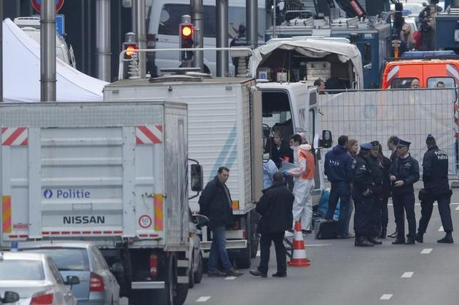 3月22日、ベルギー治安当局が最重要指名手配犯を拘束した週末、同国政府は新たな攻撃が発生する可能性があると注意を喚起した。写真は爆発のあった地下鉄駅に集まった警官や救急隊、ブリュッセルで撮影(2016年 ロイター/Vincent Kessler)
