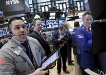 La Bourse de New York a débuté en léger repli mercredi en réaction à la baisse des cours du pétrole, qui s'ajoutent à la prudence générale après les attentats de Bruxelles et avant le long week-end pascal. Quelques minutes après le début des échanges, l'indice Dow Jones perd 0,19%, le Standard & Poor's 500 recule de 0,22%et le Nasdaq Composite cède 0,19%. /Photo prise le 16 mars 2016/REUTERS/Brendan McDermid