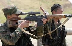 Киргизские солдаты наблюдают за границей с Узбекистаном в районе селения Бараш 20 мая 2005 года. Киргизская оппозиция в среду отвергла обвинения со стороны спецслужб в заговоре против президента и поддержала власти в противостоянии с соседним Узбекистаном. REUTERS/Vladimir Pirogov