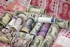 El primer ministro chino, Li Keqiang, dijo el jueves que el Gobierno tomará medidas para rebajar los impuestos y reducir la carga burocrática de las compañías, pero agregó que el país no tiene experiencia en la implementación de tales reformas y que habrá desafíos. En la foto, billetes de euros, dólares de Hong Kong y de EEUU, yenes, libras y yuanes en Pekín el 21 de enero de 2016. REUTERS/Jason Lee