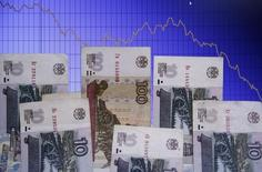 Рублевые купюры на фоне графика колебаний курса доллара США к рублю в Варшаве 5 ноября 2014 года. Рубль начал падением торги четверга на фоне дешевеющей нефти, но сразу же сумел свести потери к минимуму за счет продаж экспортной выручки под завтрашние налоги. REUTERS/Kacper Pempel
