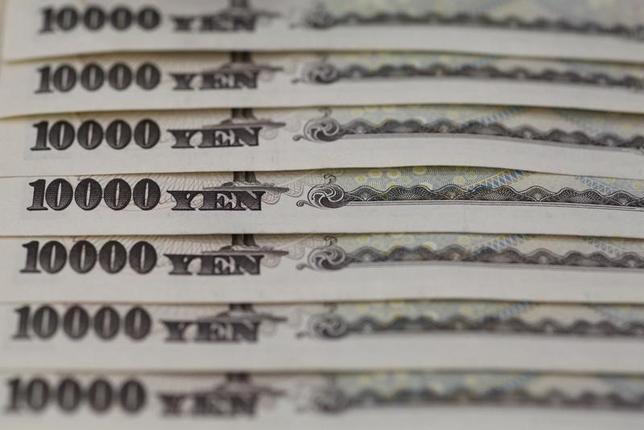 3月24日、三井住友ファイナンス&リースが28日に発行予定するコマーシャルペーパーはレートが年マイナス0.001%となる。マイナス金利でのCP発行は国内で初めて。写真は一万円札。2013年2月、都内で撮影(2016年 ロイター/Shohei Miyano)