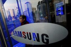 """Samsung Electronics, numéro un mondial des """"smartphones"""" et des mémoires, a déclaré jeudi vouloir faire évoluer sa culture d'entreprise pour se rapprocher de celle d'une start-up, afin de simplifier ces procédures face au ralentissement de sa croissance.  /Photo d'archives/REUTERS/Kim Hong-Ji"""