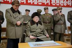 Лидер КНДР Ким Чен Ын во время испытаний ракетного двигателя на твердом топливе. Фотогафрия предоставлена  Центральным телеграфным агентством Кореи 24 марта 2016 года. Северная Корея провела успешное испытание ракетного двигателя на твердом топливе, усилив потенциал своих баллистических ракет, сообщили государственные СМИ в четверг. REUTERS/KCNA