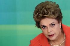 La presidenta de Brasil, Dilma Rousseff, durante un desayuno con periodistas en el Palacio de Planalto, en Brasilia, Brasil, 15 de enero de 2016. Más de 2 millones de brasileños perderán sus beneficios por desempleo en junio, mostraron datos obtenidos por Reuters, lo que amenaza con mermar aún más el apoyo a la atribulada presidenta Dilma Rousseff entre sus principales partidarios de la clase trabajadora en los momentos en que más los necesita. REUTERS/Adriano Machado