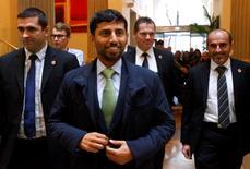 El ministro de Energía de Emiratos Árabes Unidos, Suhail Mohamed Al Mazrouei, acompañados de policías de civil en su llegada a un hotel antes de la reunión de ministros de petróleo de la OPEP, en Viena, Austria, 3 de diciembre de 2015. Emiratos Árabes Unidos participará de un encuentro en Doha entre miembros de la OPEP y productores de petróleo fuera del cártel, dijo el jueves el ministro de Energía del estado del Golfo Pérsico. REUTERS/Heinz-Peter Bader