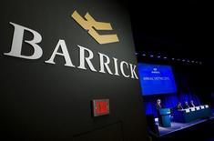 El logo de Barrick Gold visto durante la reunión anual de los accionistas de la compañía en Toronto, 28 de abril de 2015. Una jueza federal concedió una autorización para una demanda colectiva en Estados Unidos presentada contra Barrick Gold Corp que acusa al grupo minero de reportar información falsa sobre las razones que lo llevaron a detener el megaproyecto de oro Pascua-Lama, situado en la frontera entre Chile y Argentina. REUTERS/Mark Blinch