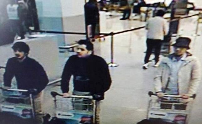 3月24日、ベルギーの首都ブリュッセルで22日に発生した連続爆破攻撃の実行犯とされるバクラウィ兄弟が米政府当局の監視対象になっていたことが分かった。写真は監視カメラに写ったバクラウィ兄弟など実行犯とされる男ら。(2016年 ロイター/CCTV)