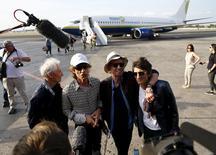 (De izquierda a derecha) Charlie Watts, Mick Jagger, Keith Richards y Ronnie Wood de los Rolling Stones hablan con los medios después de aterrizar en La Habana, 24 de marzo, 2016. Cuando la banda de rock cubana Los Kent, de Carlos Carnero, conectó sus guitarras eléctricas y batería para interpretar temas de los Rolling Stones en Isla de Pinos en la década de 1960, militares interrumpieron su actuación y enviaron a sus músicos a punta de pistola de regreso a La Habana en un barco. Cincuenta años después, Carnero se prepara para ver el viernes a los Stones en la Ciudad Deportiva de La Habana, en un recital que se prevé que congregará a alrededor de 400.000 personas, en el mayor concierto de rock jamás visto en Cuba. REUTERS/Ivan Alvarado