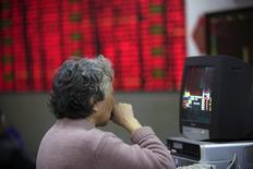 Una inversor mira información bursátil en la pantalla de un computador, en una coreduría en Shanghái, China, 14 de marzo de 2016. Los principales índices de valores de China subieron el viernes, registrando pequeñas ganancias en la semana, luego de que los inversores parecieron no inmutarse por las nuevas restricciones de propiedades en Shanghái y Shenzhen o por la debilidad del yuan frente al dólar esta semana. REUTERS/Aly Song