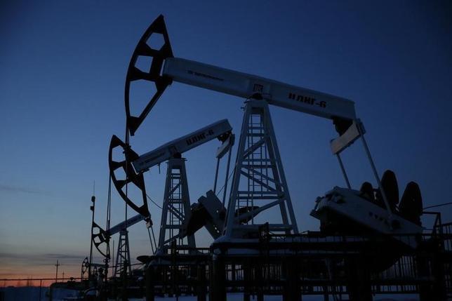 3月24日、ロシアの輸出拡大という事実は、増産凍結合意を実行する難しさとともに、各国が抜け穴を利用して原油輸出を続け、増産凍結による価格への影響力を弱める恐れがあることも示唆する。写真は、露コガリムにある油田で1月撮影(2016年 ロイター/Sergei Karpukhin)
