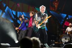 Keith Richards (a la derecha), Mick Jagger (al centro) y Ronnie Wood de los Rolling Stones tocan durante un recital al aire libre en e complejo Ciudad Deportiva de La Habana en La Habana, Cuba. 25 de marzo, 2016. Los Rolling Stones hicieron vibrar el viernes a decenas de miles de admiradores en un histórico concierto gratuito al aire libre en La Habana, coronando una semana de contactos con el mundo occidental en Cuba, el país de gobierno comunista que alguna vez silenció la música de la legendaria banda británica. REUTERS/Alexandre Meneghini
