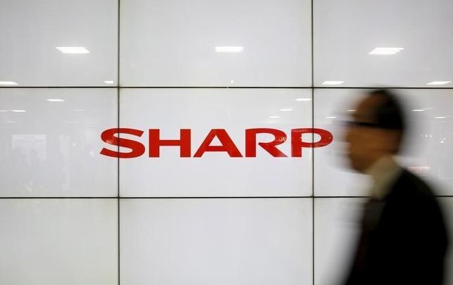 3月26日、台湾の鴻海精密工業によるシャープ 買収が月末に契約することになった。シャープへの出資額は当初予定の4890億円から1000億円程度減額される。30日にシャープが取締役会で決議し、31日に両社が契約する。写真はシャープのロゴ、都内で2月撮影(2016年 ロイター/Yuya Shino)