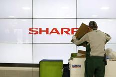 Sharp et Foxconn devraient conclure un accord la semaine prochaine après de nombreux reports de l'acquisition du groupe électronique japonais par la société taïwanaise. /Photo prise le 25 février 2016/REUTERS/Yuya Shino