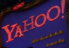 Ejecutivos de Microsoft Corp se encuentran en conversaciones iniciales con inversores interesados en Yahoo Inc sobre la posibilidad de contribuir en la financiación de la compra de la atribulada empresa de internet, dijo una persona familiarizada con la situación En la imagen de archivo, el logo de Yahoo! se observa en la plaza de Times Square de Nueva York, el 18 de noviembre de 2008. REUTERS/Brendan McDermid