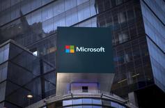 Microsoft expresó sus profundas disculpas por los mensajes de Twitter racistas y sexistas generados por un robot que lanzó esta semana, según escribió el viernes un trabajador de la compañía, después de que el programa de inteligencia emocional se vieran envuelto en un desafortunado incidente.  En la imagen, el logo de Microsoft en un letrero electrónico de un edificio de oficinas de Nueva York, el 28 de julio de 2015. REUTERS/Mike Segar