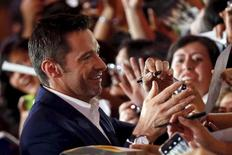 """Australian actor Hugh Jackman signs autographs for fans during the blue carpet premiere of """"Pan"""" in Mexico City, October 6, 2015. REUTERS/Edgard Garrido"""