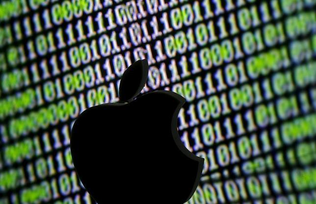 3月21日、米政府とiPhoneロック解除問題をめぐり対立を続けるアップルは、プライバシー保護をめぐる社内の不協和音も抱えており、長期的な製品戦略に課題が生じる可能性がある。写真は3Dプリントされたアップルのロゴ。サラエボで22日撮影(2016年 ロイター/Dado Ruvic/Illustration)