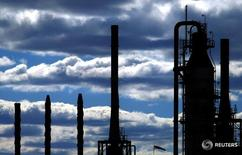 Нефтеперерабатывающий завод в Сиднее.  Цены на нефть растут на торгах в Азии при слабой активности, связанной с празднованием Пасхи в нескольких странах. REUTERS/Tim Wimborne