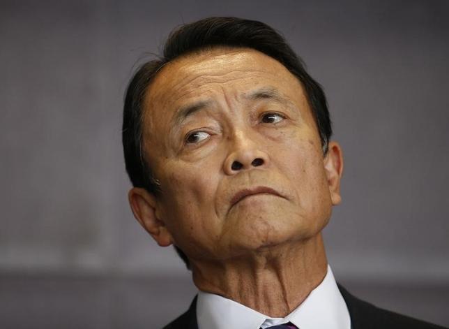 3月28日、麻生太郎財務相は午後の参院予算委員会で、過去に発行された国債の繰上げ償還について、国債の安定消化に支障をきたすなどの理由から、適当ではないと語った。写真は都内で2014年10月撮影(2016年 ロイター/Kim Kyung Hoon)
