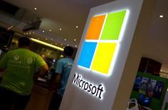Microsoft est l'une des valeurs à suivre à Wall Street, des responsables du concepteur de Windows ayant, selon une source proche du dossier, entamé des discussions avec des fonds de capital investissement  à propos d'une contribution au financement d'une offre sur Yahoo. /Photo d'archives/REUTERS/Mike Segar
