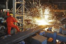 Un empleado trabajando en la fábrica de Dongbei Special Steel Group, en Dalian, China. 5 de diciembre de 2015. Las ganancias industriales de China volvieron a registrar crecimiento en los dos primeros meses del 2016, lo que se debió en parte a una recuperación en el mercado inmobiliario pese a los problemas de la economía. REUTERS/China Daily