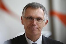 Les deux représentants de l'Etat au conseil d'administration de PSA Peugeot Citroën se sont opposés à la hausse de la rémunération du président du directoire du groupe, Carlos Tavares, qui a touché 5.245.284 euros pour l'exercice 2015 contre 2.750.936 euros en 2014. /Photo prise le 24 février 2016/REUTERS/Charles Platiau