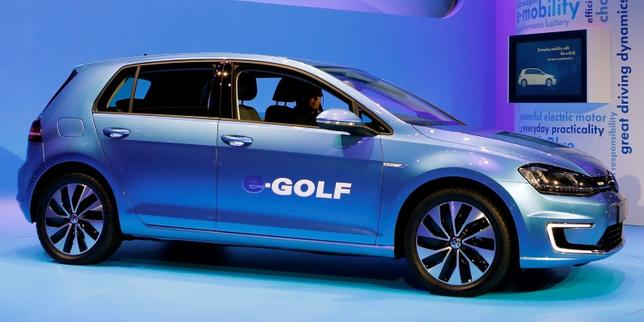 Volkswagen introduces the Volkswagen e-Golf electric car at the Los Angeles Auto Show in Los Angeles, California, November 20, 2013.   REUTERS/Mike Blake