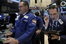 La Bourse de New York a fini en très légère hausse lundi. Au terme d'une séance peu animée pour cause de week-end de Pâques prolongé, le Dow Jones a gagné 0,11%, soit 19,80 points, à 17.535,53. /Photo prise le 28 mars 2016/REUTERS/Brendan McDermid
