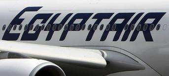 Архивное фото самолета EgyptAir в аэропорту Каира 5 сентября 2013 года. Пассажирский лайнер Airbus 320 авиакомпании EgyptAir, выполнявший внутренний рейс из Александрии в Каир, был захвачен неизвестным во вторник и приземлился на Кипре, сообщили СМИ и  источники в гражданской авиации и полиции. REUTERS/Mohamed Abd El Ghany/Files