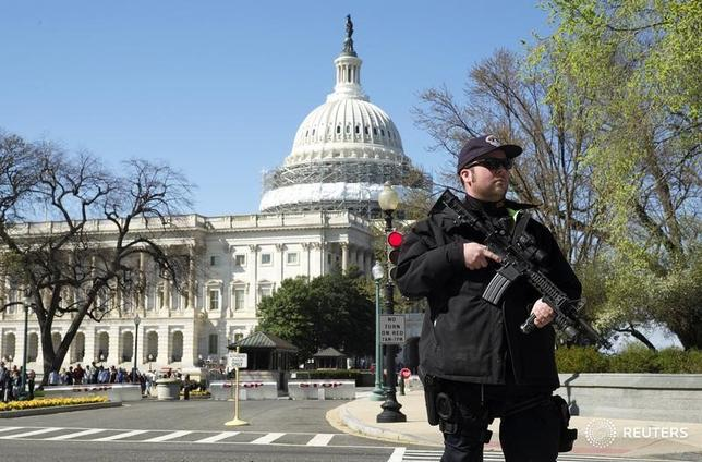 A U.S. Capitol police officer guards the perimeter in Independence Avenue in front of the U.S. Capitol Building after a shooting at the U.S. Capitol Visitors Center in Washington March 28, 2016.    REUTERS/Joshua Roberts