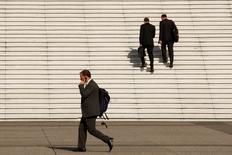 Le nombre d'emplois menacés du fait de défaillances d'entreprises a continué de reculer en France en 2015 pour tomber à son plus bas niveau en cinq ans malgré une légère augmentation du nombre d'entreprises en difficulté, qui est repassé au-dessus de la barre des 63.000, selon des données publiées mardi par Deloitte et Altares. /Photo d'archives/REUTERS/Benoit Tessier