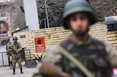 Турецкие солдаты на военной базе в Караманмарасе 21 января 2013 года. Пентагон и Госдепартамент во вторник приказали семьям американских военных и дипломатов временно покинуть районы южной Турции из-за возросших угроз безопасности. REUTERS/Murad Sezer