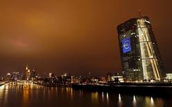 Mientras el Banco Central Europeo se desenvuelve por el poco familiar mundo de los tipos de interés negativos y trata de incentivar a la banca para que conceda préstamos a empresas y consumidores, comienza a abrirse una brecha divisoria entre los prestamistas del norte y el sur de Europa.  En la imagen, la sede del BCE iluminada con el símbolo del euro, en Fráncfort, Alemania, el 12 de marzo de 2016. REUTERS/Kai Pfaffenbach