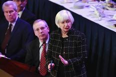 La presidenta de la Reserva Federal de Estados Unidos, Janet Yellen, dijo el martes que el banco central debería avanzar con cautela a la hora de subir los tipos de interés, debido a que la inflación no ha demostrado ser duradera ante un contexto de riesgos globales que se avecinan para la economía del país. En la imagen, Yellen durante su participación en el Club Económico de Nueva York, el 29 de marzo de 2016.  REUTERS/Lucas Jackson
