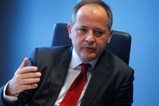 """El Banco Central Europeo no llevará los tipos de interés a territorio negativo """"absurdamente"""" y los tipos negativos no son el principal instrumento del banco incluso aunque no se puedan descartar nuevos recortes, dijo Benoit Coeure, miembro del consejo de gobierno.  En esta imagen de archivo, Coeure durante una entrevista con Reuters en Fráncfort el 12 de febrero de 2014.  REUTERS/Ralph Orlowski"""
