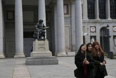 Casi 3,7 millones de turistas extranjeros visitaron España en el mes de febrero en un sector que continúa con la tendencia al alza de 2015, un año que se cerró con cifras récord. En esta imagen de archivo, unas turistas se hacen un selfie junto a una estatua del pintor Diego Velazquez frente al Museo de El Prado en Madrid, el 18 de enero de 2016. REUTERS/Susana Vera
