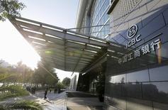 La première banque du monde, Industrial and Commercial Bank of China (ICBC) annonce un bénéfice stable au quatrième trimestre 2015, conformément aux attentes. /Photo d'archives/REUTERS/Jason Lee