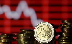 """La agencia de calificación Standard and Poor's recortó sus previsiones de crecimiento e inflación para la zona euro el miércoles, culpando al """"desplome"""" en las condiciones financieras desde el inicio del año. En la imagen, monedas de euro delante de una pantalla que muestra cotizaciones, en una foto tomada en Zenica, Bosnia-Herzegovina, 30 de junio de 2015. REUTERS/Dado Ruvic"""