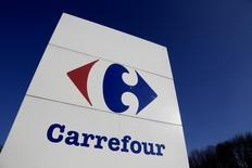 Vers 12h30, Carrefour s'adjuge 4,13% quand le CAC 40 grimpe de 1,86% à 4.447,95 points. Península Participações, la société d'investissement familiale du milliardaire brésilien Abilio Diniz, a porté à 8,05% sa participation dans le capital du distributeur. /Photo prise le 29 février 2016/REUTERS/Jacky Naegelen