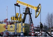 Станок-качалка еа Самотлорском нефтяном месторождении Роснефти близ Нижневартовска. 26 января 2016 года. Роснефть сократила добычу жидких углеводородов в 2015 году на 1 процент до 202,8 миллиона тонн после 204,9 миллиона тонн в 2014 году, сообщила компания в среду. REUTERS/Sergei Karpukhin
